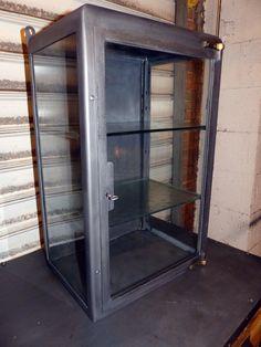 vitrine de pharmacie meuble industriel vintage