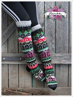 Neuleohje Heinikkilät-kirjoneulesukkiin - Handmade by Heini -verkkokauppa Wool Socks, Knitting Socks, Hand Knitting, Fair Isle Knitting Patterns, Fabric Yarn, Patterned Socks, Designer Socks, Diy Crochet, Womens Slippers