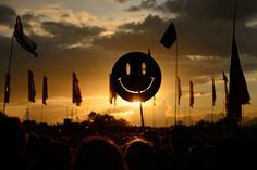 A smiley face sign is carried through the crowds as the sun sets on the first day of the Glastonbury Festival of Music and Performing Arts in Somerset Festival Gear, We Are Festival, Diy Festival, Festival Wedding, Festival Fashion, Somerset, Glastonbury 2014, World Conflicts, End Of Days