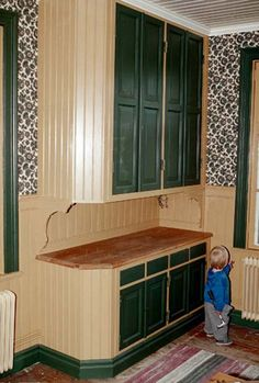 Unusual cabinetry in this vintage kitchen. Swedish Kitchen, Old Kitchen, Green Kitchen, Country Kitchen, Vintage Kitchen, Kitchen Butlers Pantry, Kitchen Stories, Summer Kitchen, Construction Design