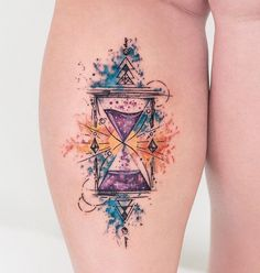 Ampulheta abstrata, na perna da Dani. ⌛️☀️ Inspirada em uma obra do @golodesign que ela gosta muito. @daniborguez obrigado pela escolha, e por ter vindo de longe. Adoramos sua visita e da @thuttss ✌️ #aquarela #tatuagem #hourglass #tattoo