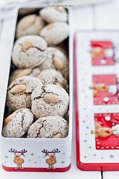 Makaronikowe czekoladowe ciasteczka świąteczne Almond Macaroons, Chocolate Macaroons, Almond Cookies, Chocolate Christmas Cookies, Christmas Cookies Gift, Chocolate Cookies, Holiday Baking, Christmas Baking, Sweet Desserts