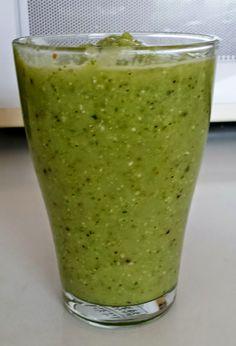 Vihersmoothie salaatista, avokadosta ja hedelmistä