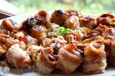 Hozzávalók: 4 nagyobb csirkemell 1-2 csomag szeletelt bacon 1 csomag szeletelt füstölt sajt 1 csomag aszalt szilva só bors Elkészítése: A csirkemelleket né