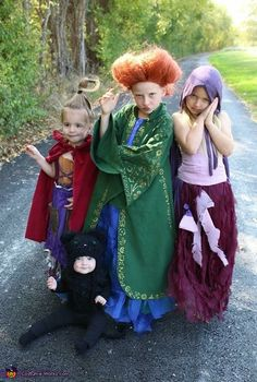 Love themed or coordinating sibling Halloween costumes? Here's some ideas for coordinating Halloween costumes for sisters! Halloween Costumes For Sisters, Hocus Pocus Halloween Costumes, Halloween Costume Contest, Couple Halloween, Halloween Kids, Costume Ideas, Group Halloween, Halloween Projects, Halloween Makeup