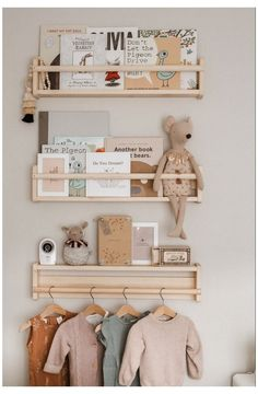 Un mur personnalisé dans la chambre d'enfant Personalize the walls of the child's room with decorati Baby Room Themes, Baby Room Decor, Nursery Room, Kids Bedroom, Baby Bedroom, Ikea Baby Nursery, Nursery Wall Decor, Simple Baby Nursery, Ikea Baby Room