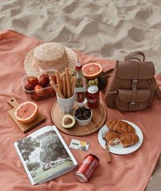 Image about food in picnic by Sari Neuhold on We Heart It Comida Picnic, Plat Vegan, Tasty, Yummy Food, Summer Picnic, Beach Picnic Foods, Picnic Date Food, Garden Picnic, Summer Fall