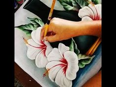 Como pintar hibisco branco - YouTube Acrylic Painting Techniques, Wood Painting Art, Painting Videos, Fabric Painting, Flower Drawing Tutorials, Fabric Paint Designs, Plaster Sculpture, Acrylic Tutorials, Tole Painting Patterns