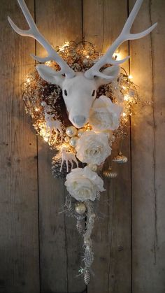 Christmas decoration ideas to make yourself in order to get in the mood - My Board - noel All Things Christmas, Christmas Home, Christmas Wreaths, Christmas Crafts, Christmas Ornaments, Christmas Holidays, Silver Christmas, Rustic Christmas, Christmas Inspiration