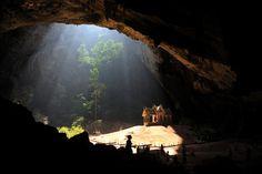 Kuha Karuhas, collocato all'interno della caverna Phraya Nakhon, nel parco nazionale di Khao Sam Roi Yot