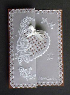 Et oui la saison des mariages va reprendre et voici ma première carte pour cette année ! J'ai choisi la pureté du blanc et la délicatesse de la dentelle de papier pour cette carte réalisée sur papier pergamano flex. Un traçage à la plume et un ciselage...