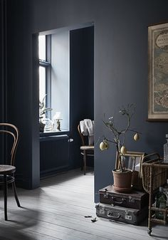 dark grey walls for a vintage yet modern house Dark Walls, Blue Walls, Home Interior, Interior Decorating, Interior Design, Interior Paint, Interior Trim, Interior Door, Light Wooden Floor