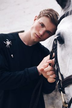 www.pegasebuzz.com | Max Schön by Hannes Gade : Giddy up