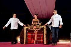 SALON DU CHOCOLAT, MONACO Ο Julien Beaulieu δημιούργησε ένα «φόρεμα» από βαρύτιμο βελούδο και «χρυσό», αναπαράσταση της αυλαίας της Όπερας Γκαρνιέ στο Μόντε Κάρλο με το πριγκηπικό οικόσημο στην κορυφή, όλα από σοκολάτα!!! Julien Beaulieu défile avec sa création. On voit la cabosse en chocolat et à l'intérieur le rideau de l'Opéra Garnier, avec les armoiries princières de Monaco Monaco, Salons, Pastry Chef, Lounges