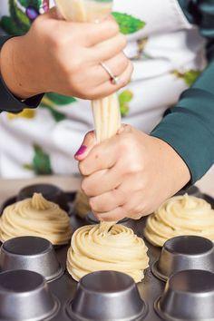 Terčin trik: pomocí zdobicího sáčku vytvořte mističky na otočeném plechu na muffiny; Eva Malúšová