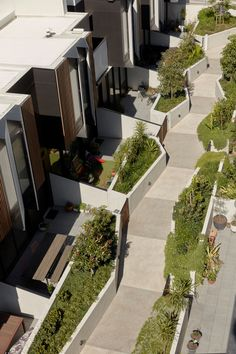 Looking down into the 'green St'. The common pathway encourages a sense of community. Photo by Tom Ross. Residential Complex, Residential Architecture, Architecture Design, Landscape Architecture Drawing, Landscape Concept, Facade Design, Exterior Design, Habitat Collectif, Row House Design