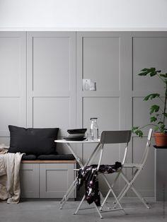 Skapa känslan av en platsbyggd kaféhörna i köket. Som panelvägg, SÄVEDAL dörr. Sittbänken är byggd av METOD väggskåp och SÄVEDAL dörr.