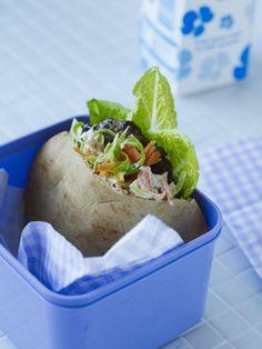 Pitabrød med barbecuebøffer og coleslaw Et pitabrød i madpakken er populært hos de fleste aldersgrupper. Her har vi brugt de sunde fuldkornspitabrød - kig efter fuldkornsmærket.