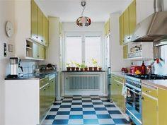 Mustavalkoinen lattia ja keltainen 50-luvun putkikeittiö
