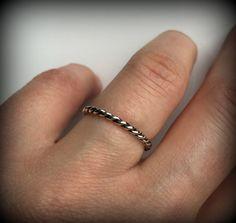 La main en argent sterling anneau de torsion ou également connu comme un anneau tressé. Cet anneau mince dainty est de 1,7 mm de large et