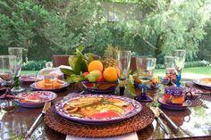 Desayuno en baja platos tejidos como cesta, vajilla tipo Talavera, copas Vidrio soplado made in Guatemala.