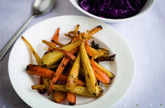 Gordon Ramsay's honey-glazed carrots and parsnips Gordon Ramsay works his magic with this special side-dish: root vegetables roasted with honey, star anise, cinnamon and thyme. Serve them with your Christmas dinner or Sunday roast Roasted Carrots And Parsnips, Honey Glazed Carrots, Roasted Root Vegetables, Veggies, Carrot And Parsnip Recipe, Parsnip Recipes, Carrot Recipes, Healthy Recipes, Gourmet