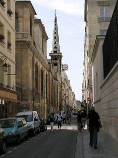rue Saint-Louis-en-l'Ile - La rue traverse l'île Saint-Louis, ainsi baptisée en référence à l'église homonyme. Elle s'appela rue de la Fraternité pendant la Révolution et rue Blanche-de-Castille de 1806 à 1814.