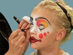 maquillage Halloween clown avec contours en orange et bleu