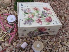 Caja de vino reciclada con decoupage de servilleta y stencils