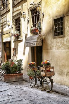 ♔ Italy http://iheartsocialmedia.com/2013/04/the-easy-way-to-get-rich-pins-for-pinterest/ Medieval Town, Sidewalk Cafe, Travel Pictures, Travel Pics, Sweet Life, Tuscany, Florence Italy, Places To Visit, Bicycle
