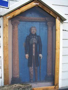 Lapuan Tuomiokirkon vaivaisukko on majoittunut kellotapulin seinälle