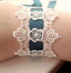 Tendance Bracelets  Dentelle et ruban pour ce bracelet de réalisation facile.