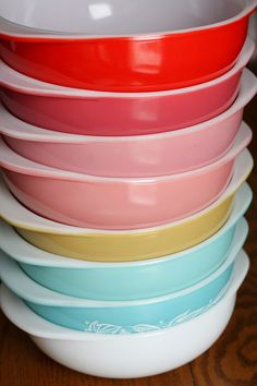 Rainbow Vintage Pyrex Come on.someone buy me these! Vintage Pyrex Dishes, Vintage Kitchenware, Vintage Glassware, Kitsch, Pyrex Display, Pink Pyrex, Pyrex Bowls, Kitchen Collection, Mixing Bowls
