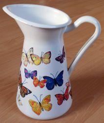 Metallkanne-bunte-Schmetterlinge