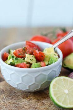 einfacher, aber köstlicher Tomaten-Avocado-Salat. Schnell gemacht, wenige Zutaten, vegan und gesund. Passt perfekt zu Smashed Potatoes und mehr.