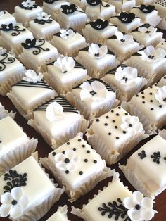 Rozanne's Cakes: Black and white petit fours