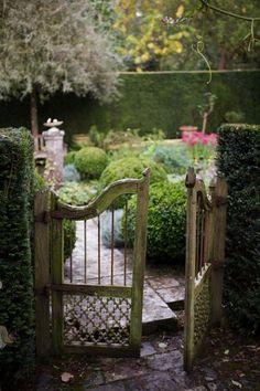 Portail d'entrée vers le jardin des aromatiques, jardins de Castillon-Plantbessin- photo Boucourt Franck