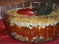 Przepis na sałatka śledziowo-pomidorowa pod serową pierzynką. Matiasy zalać zimną wodą, dodać ocet, wymieszać i moczyć przez 30-60 minut, następnie opłukać, osuszyć i pokroić w kostkę.
