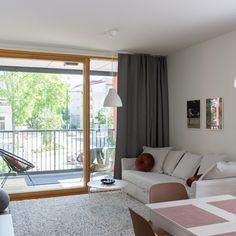 Jouduimme pikaisella aikataululla ja pienellä budjetilla sisustamaan uuden asunnon olohuoneen. Yhden kaupan taktiikalla saimme aikaan huikea hienon lopputuloksen, vai mitä? Ikea, Windows, Curtains, Home Decor, Blinds, Decoration Home, Ikea Co, Room Decor, Draping
