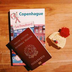 Il manque encore un petit peu de temps mais le countdown a commencé.  Next stop #københavn  #travel #travelguide #passport #denmark #copenhagen #voyage #travelphotography #hat #cold #picoftheday #photooftheday #city #exploremore