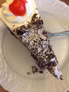 Taart in Monschau taart met koffie Duitsland reisblog Reischick