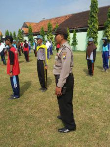 Bhabinkamtibmas bersama Babinsa latih PBB Pelajar SMK Tribratanews Polda Jatim