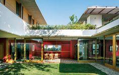 """""""Queríamos curtir juntos todos os espaços"""", pediu a mãe de três filhas. A casa tem forma de U, com ambientes voltados para o jardim. """"A convivência é favorecida também pelos painéis de vidro e circulação livre"""", explica o arquiteto Francisco Fanucci"""