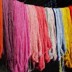 De plantas e insectos se extraen hermosos colores naturales, cuya elaboración viene desde la época prehispánica. Textiles, Shibori, Ikat, Color Inspiration, Lana, Embroidery, Sewing, Crafts, Diy