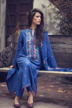 casual pakistani style kurta 💙 the color Pakistani Outfits, Indian Outfits, Emo Outfits, Pakistani Kurta, Anarkali Lehenga, Lehenga Blouse, Indian Clothes, Ethnic Fashion, Indian Fashion