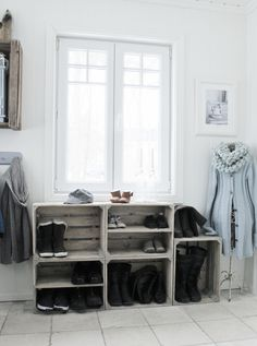 Mias Interiør / New Room Interior: Skohylle av trekasser Home Organization, Interior, Redo Furniture, Happy New Home, Stylish Storage, Crates, Home Deco, Home Diy, New Room