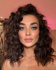 Beauty Curls Make-up Nude lipstick Blush Eye make-up Mascara Eyeshadow Eyeliner Glamorous look Krullen Hair Inspiration More on Fashionchick Spring Hairstyles, Cool Hairstyles, Quiff Hairstyles, Blonde Hairstyles, Hair Inspo, Hair Inspiration, Glamorous Makeup, Nude Lipstick, Crazy Hair