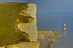 """Regno Unito, East Sussex, Beachy Head, Primavera 2012    Beachy Head è un promontorio gessoso nel Regno Unito, vicino alla città di Eastbourne, nella contea di East Sussex, immediatamente ad est delle """"Sette Sorelle"""". La scogliera è la più alta in gess"""