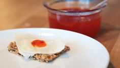 Chilimarmelade - Chilimarmelade er spesielt godt egna til ost. Her er den på en bit parmesan, men det er også godt sammen med både gulost og blåskimmelost. - Foto: Mari Rollag Evensen / NRK