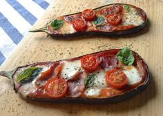 Eggplant Pizza Panninis (Pizza) de berenjena asada Page is in Spanish Healthy Recepies, Healthy Menu, Healthy Eating, Real Food Recipes, Vegetarian Recipes, Yummy Food, Veggie Recipes Sides, Fried Eggplant Recipes, Eggplant Pizzas